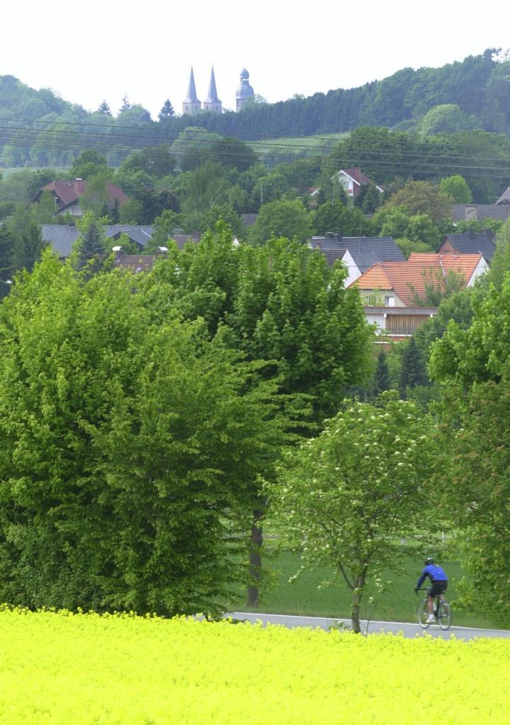 Radfahrer vor Abtei Marienmünster