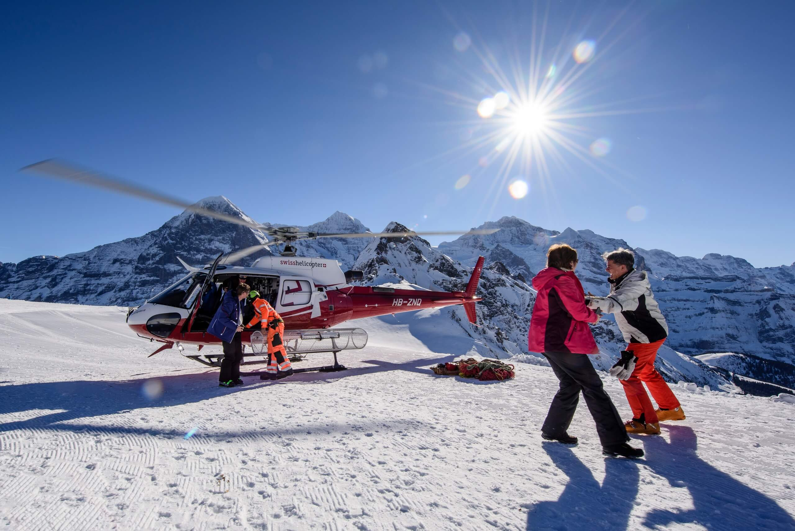 swiss-helicopter-berge-panorama-winter-abflug