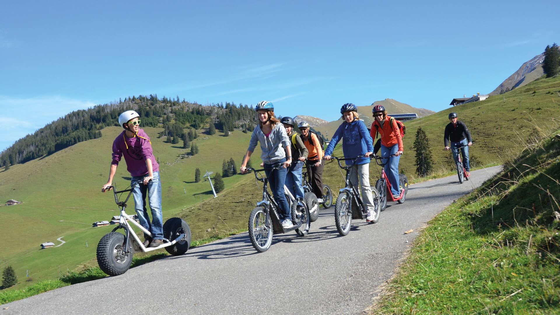 wiriehorn-trottibike-monstertrottinett-gruppe-fahren-wiese