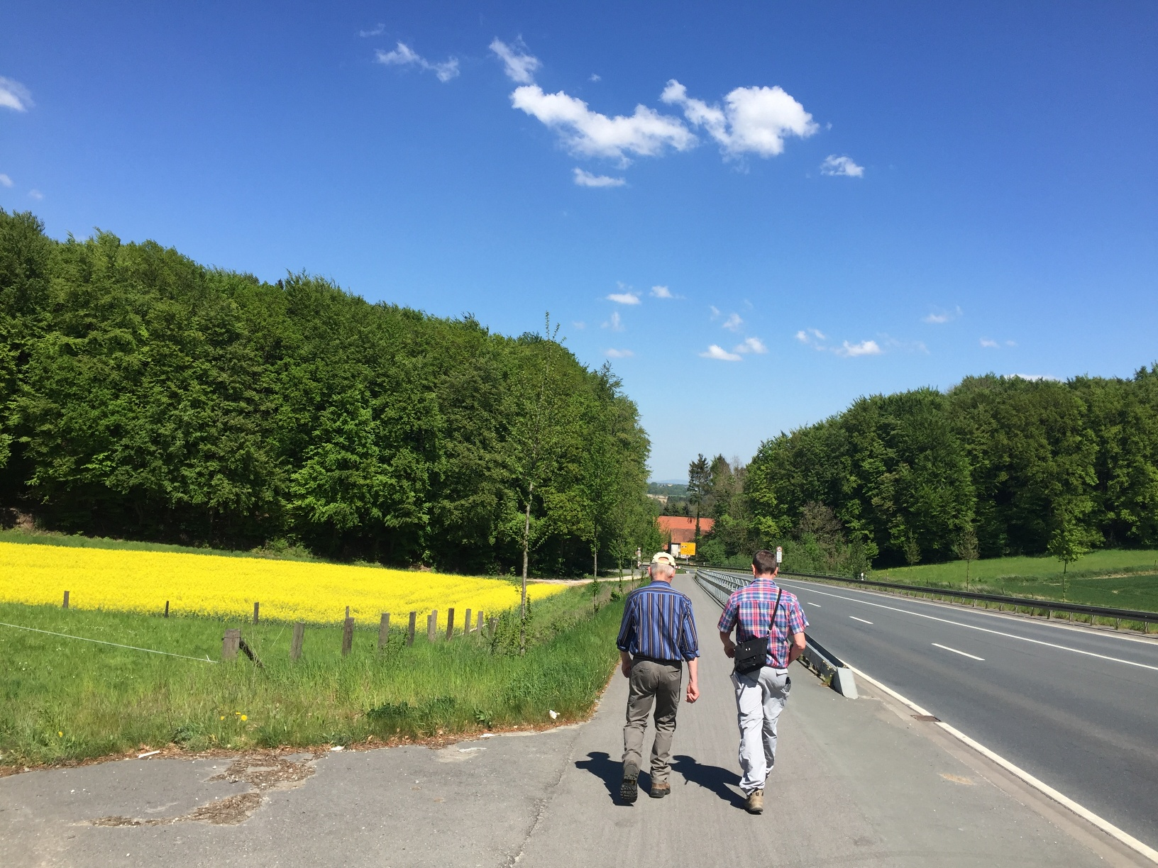 Zwei Wanderer auf dem Rundwanderweg