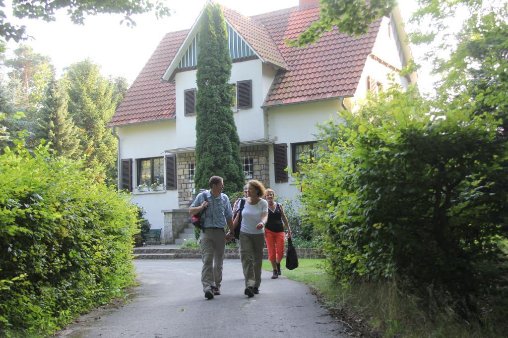 Wanderer vor dem Forsthaus