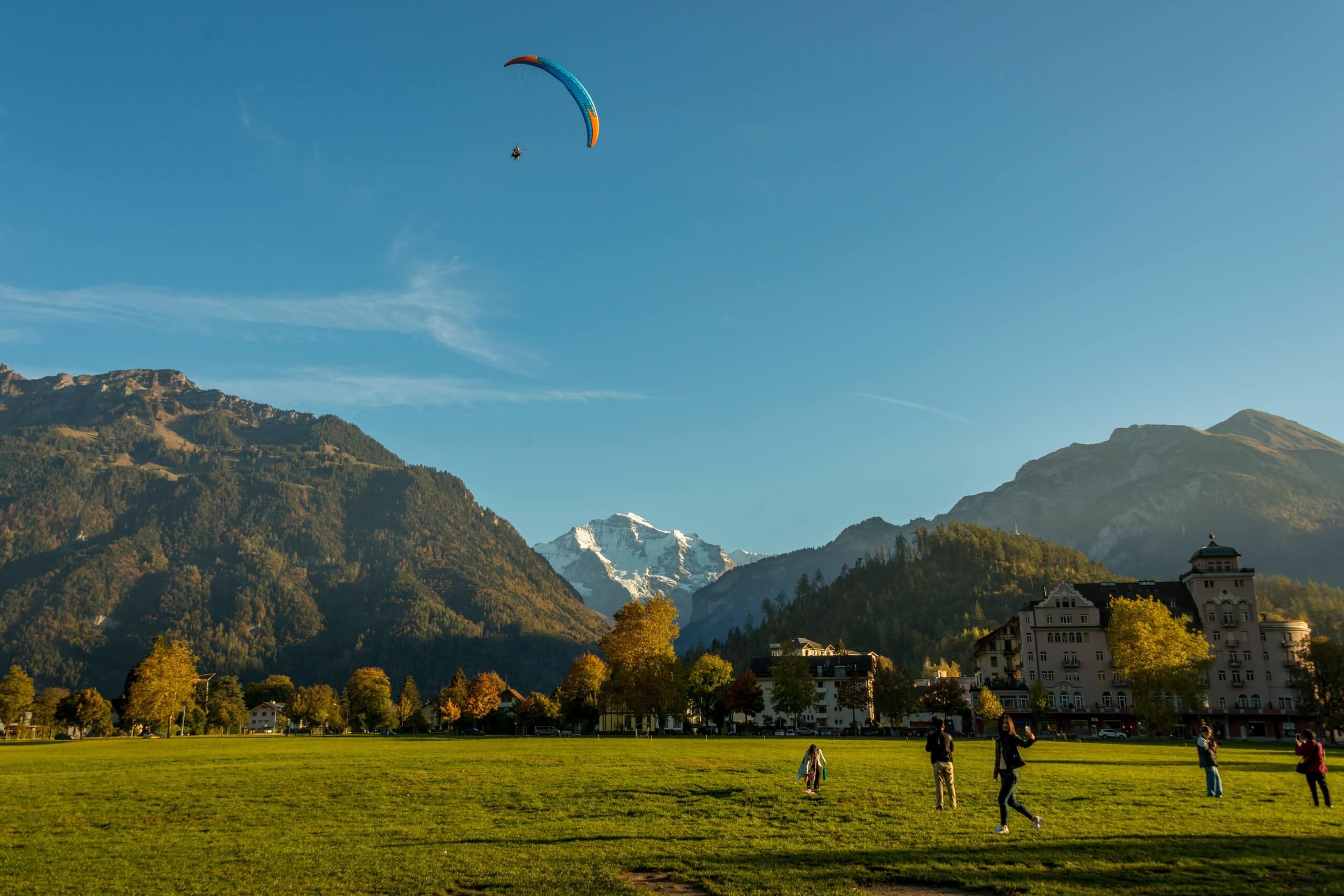 interlaken-twin-paragliding-jungfrau-berge-sommer