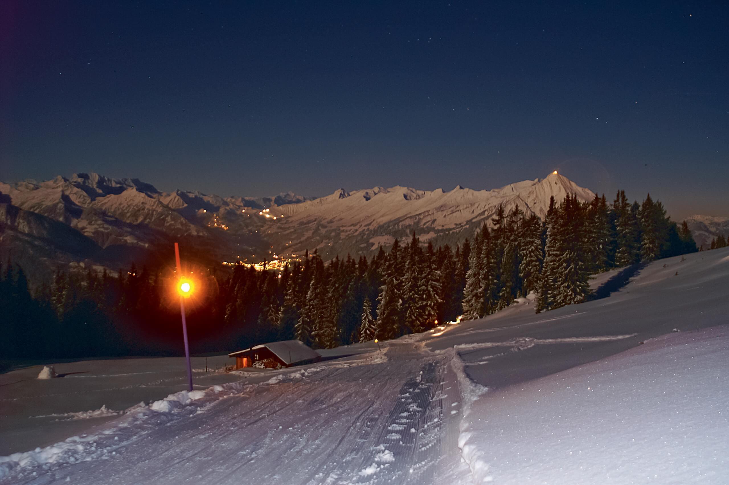 niederhorn-schlitteln-winter-nacht-abendstimmung-sterne-schlittelweg