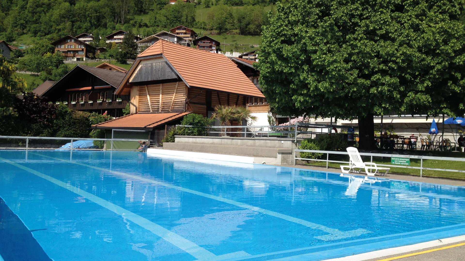 merligen-strandbad-sommer-pool-seelage-baden-thunersee