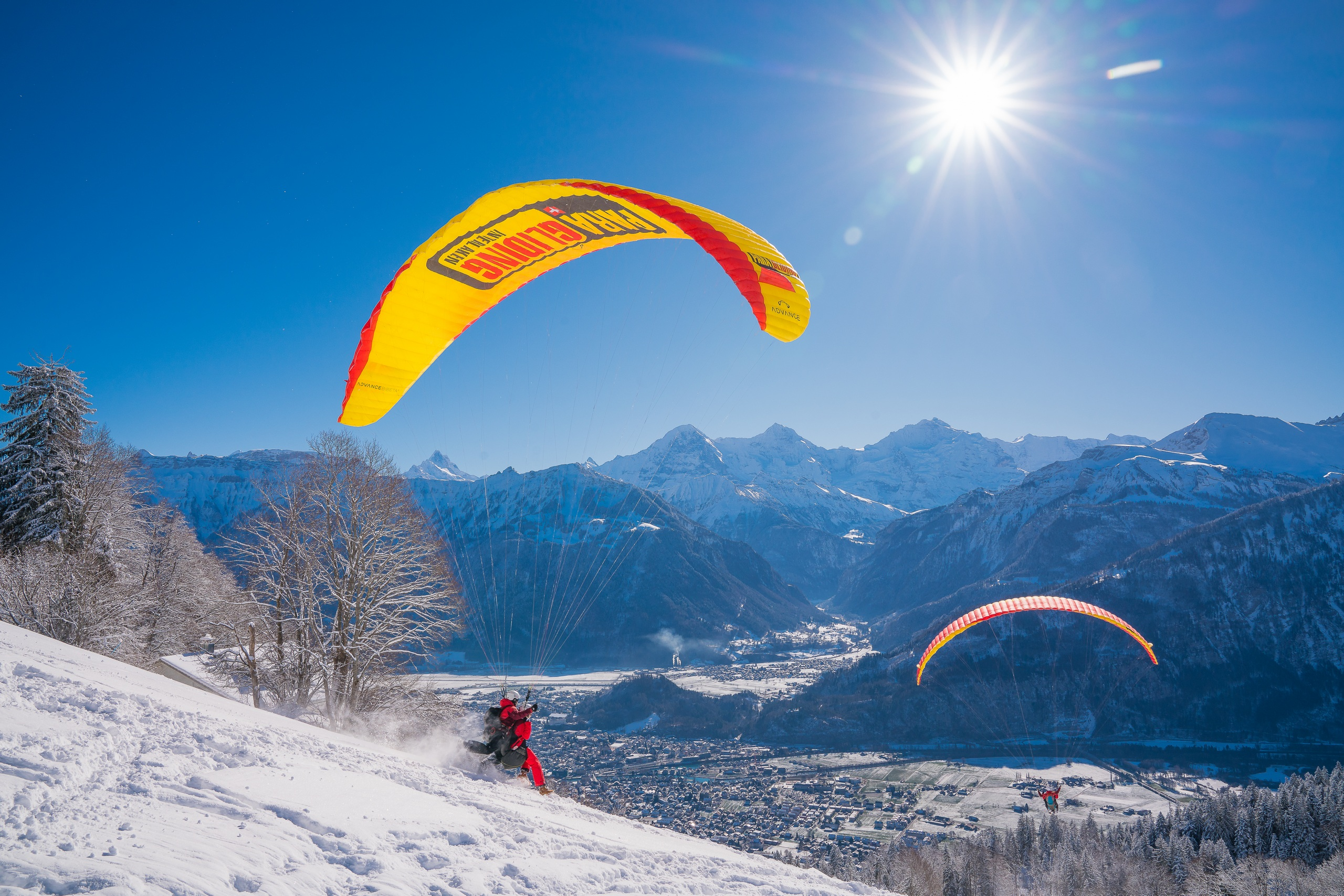 paragliding-interlaken-berge-winter-schnee