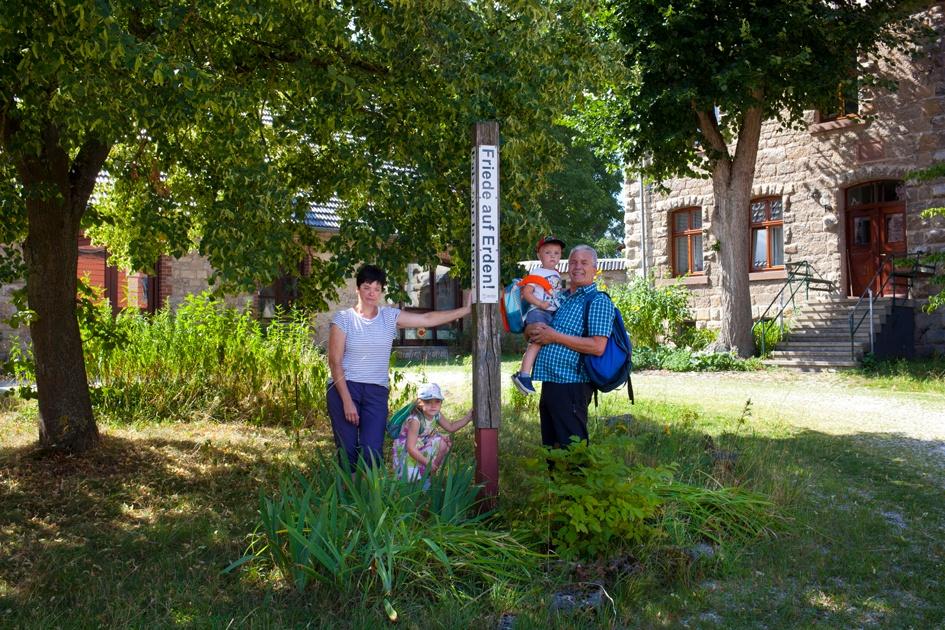 Wanderer am Bibel-Pfahl in Wethen, Ökumenische Gemeinschaft