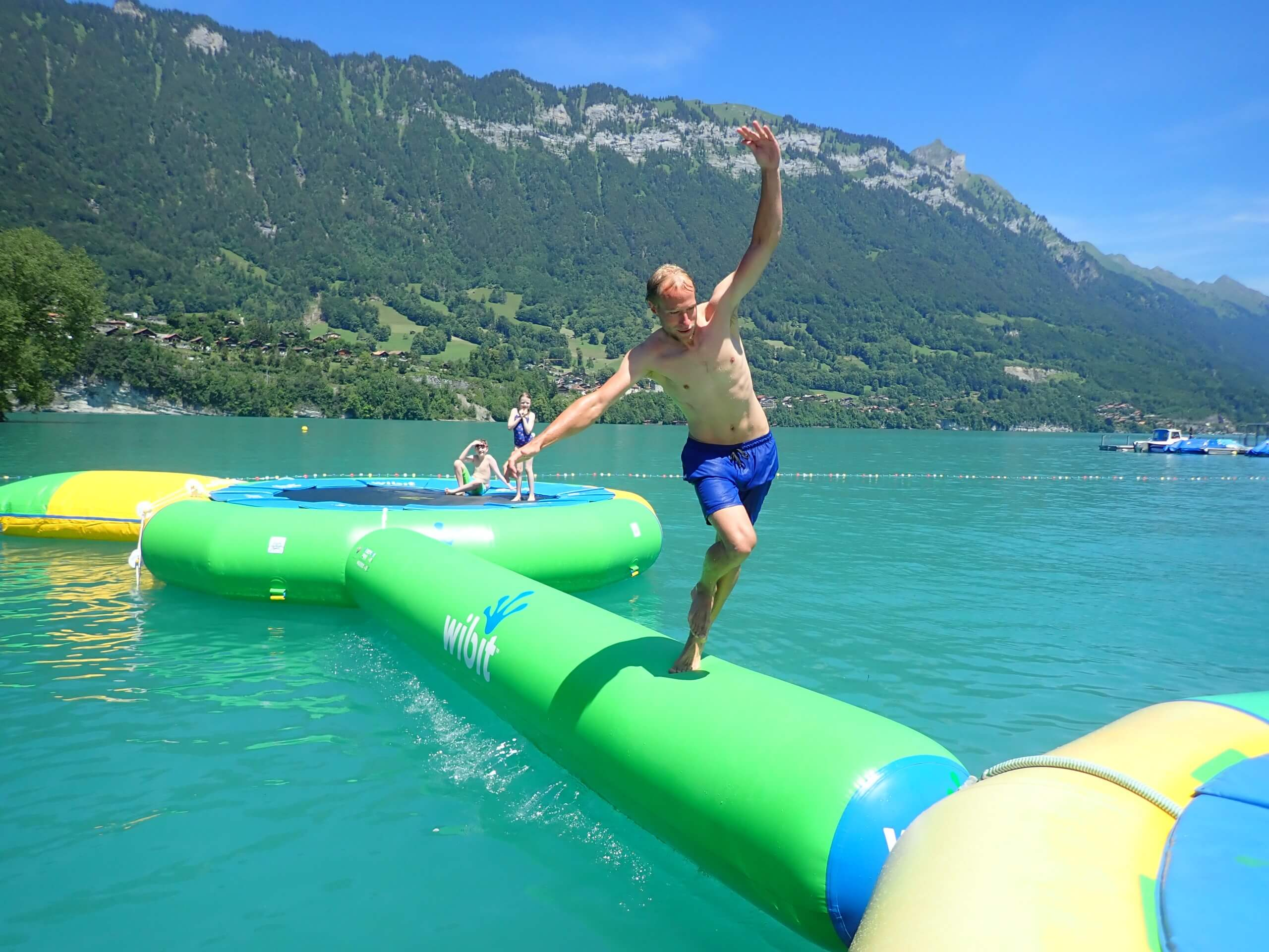boenigen-strandbad-sommer-wassertrampolin-spass-action