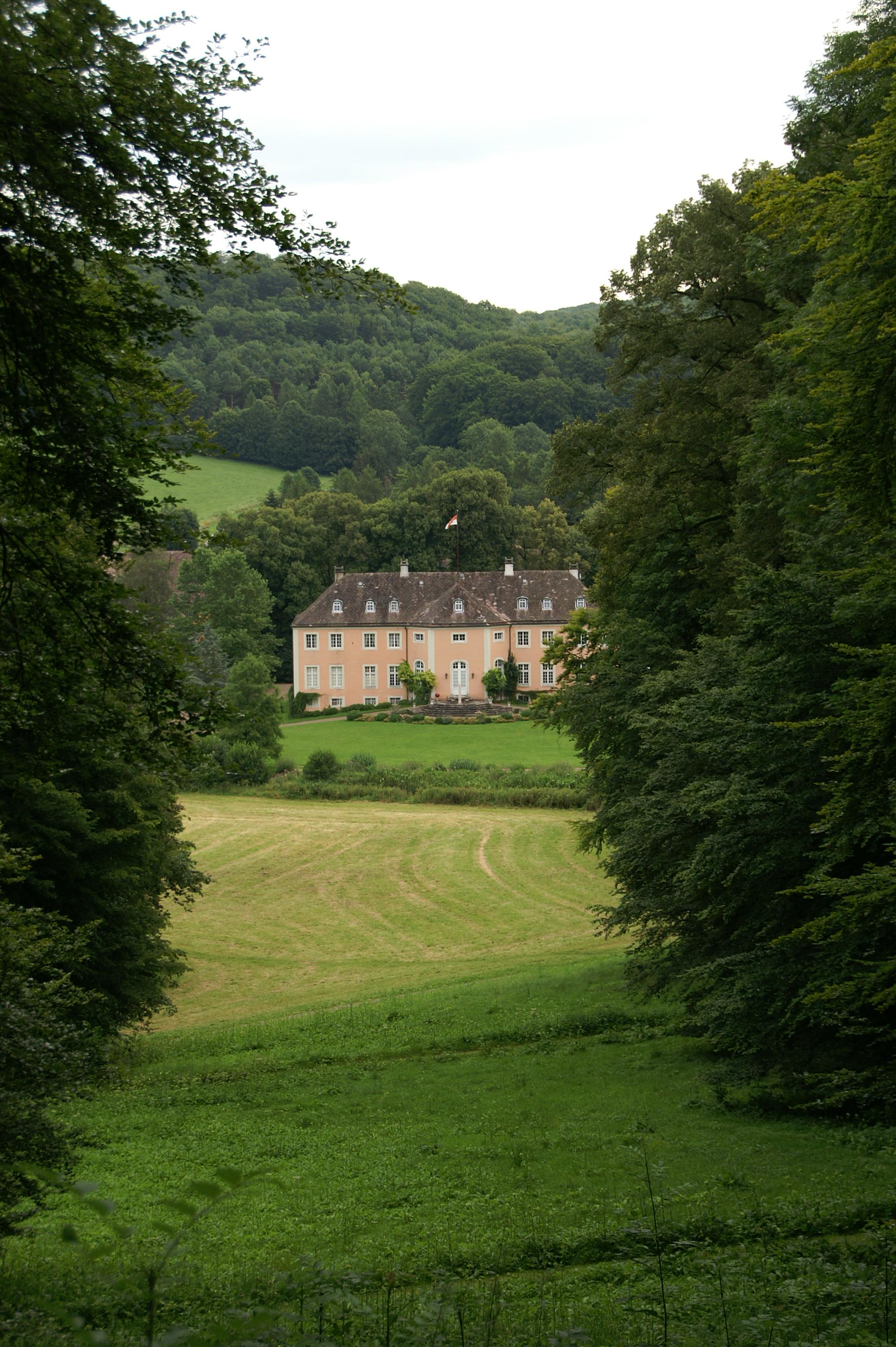 Zum Schloss Rheder besteht eine schöne Sichtbeziehung