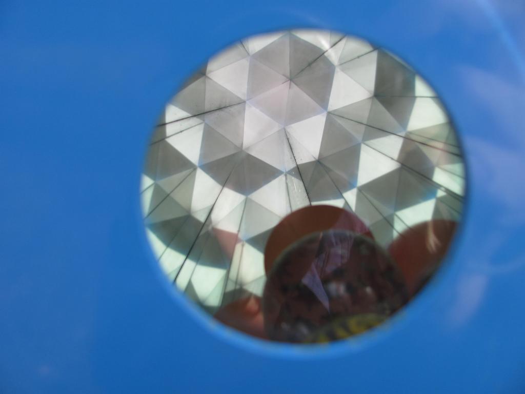 Nach dem Wippen rollen kleine Kugeln im Kaleidoskop auf Sie zu